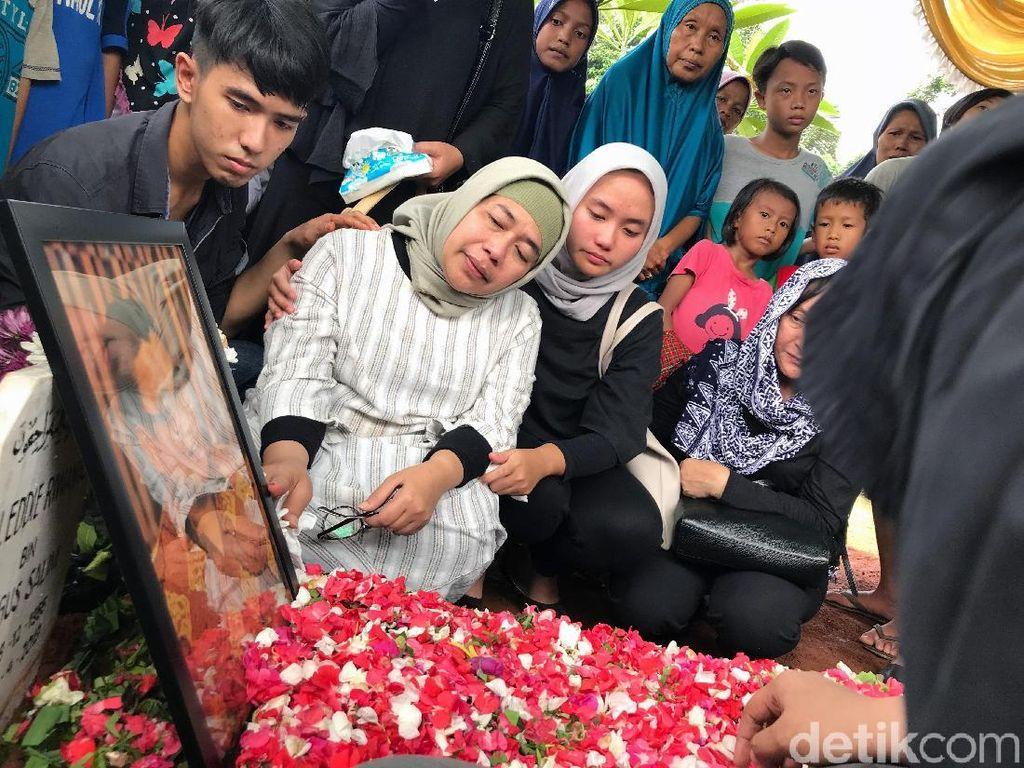 Istri Sampaikan Permohonan Maaf atas Nama Eddy Riwanto usai Pemakaman