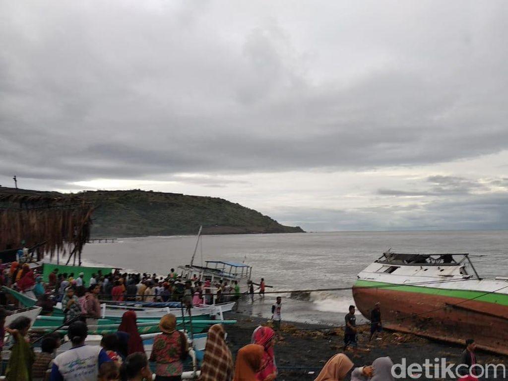 Hujan Badai Terjang Pesisir Bima NTB, 14 Kapal Nelayan Rusak