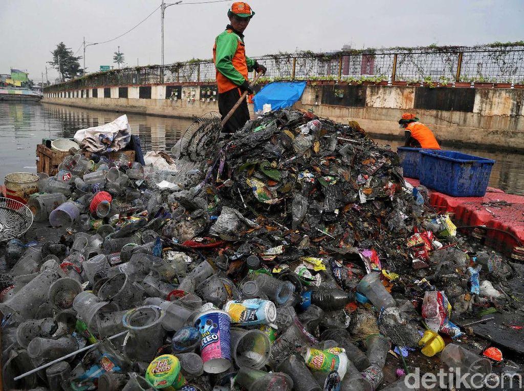 Antisipasi Sampah di Musim Hujan, UPK Badan Air DKI Siagakan 4.000 Petugas