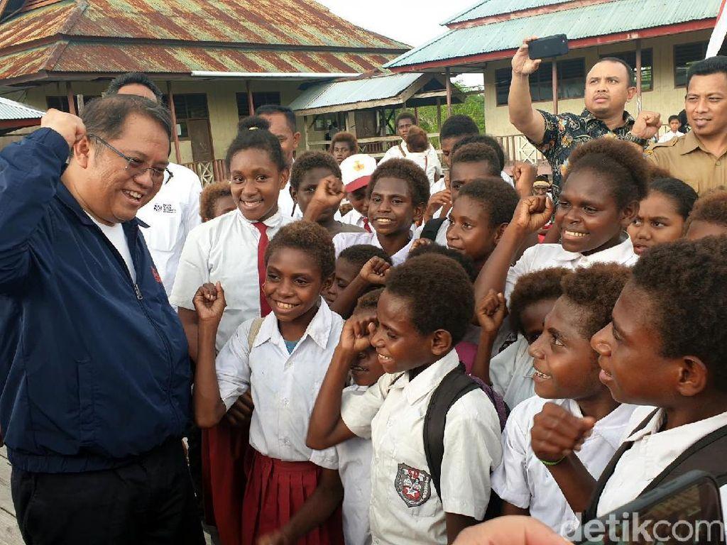 Gaya Rudiantara Saat Ngevlog Bareng Anak SD di Poumako