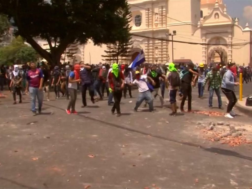Batu-batu Beterbangan dalam Aksi Protes Presiden Honduras