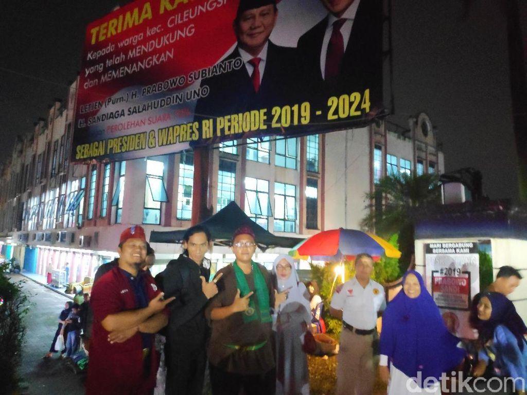 Jaga Baliho Klaim Kemenangan Prabowo di Bogor, Relawan Bermalam di Posko