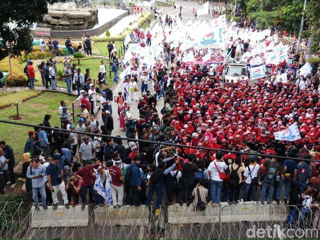 Sempat Terhadang, Massa Buruh Lewati Bundaran HI Menuju Istana