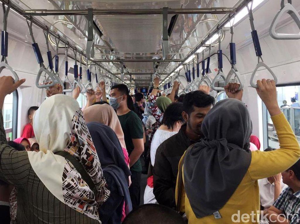 Libur Hari Buruh, Warga Padati MRT Jakarta