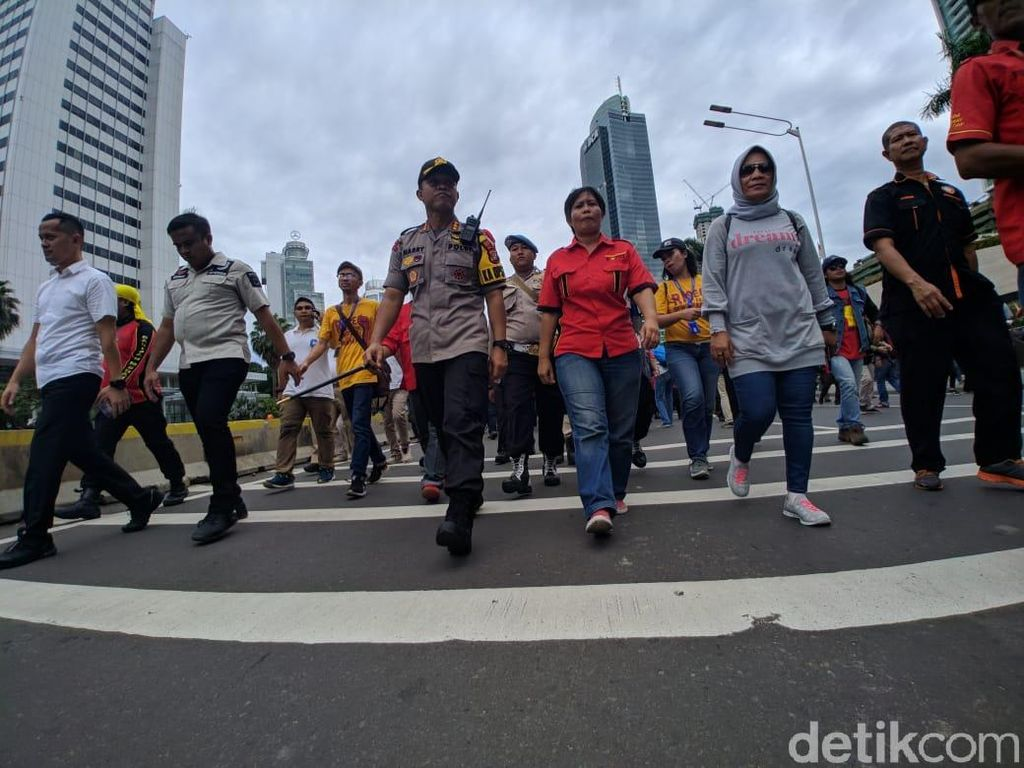 Barikade Dibuka, Massa Buruh Akhirnya Lewati Bundaran HI ke Istana