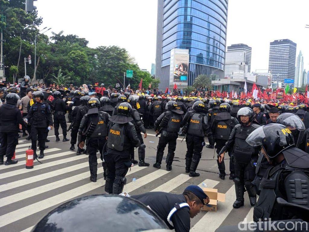 Massa Buruh Tak Bisa Lewati Bundaran HI, Dorong-dorongan dengan Polisi