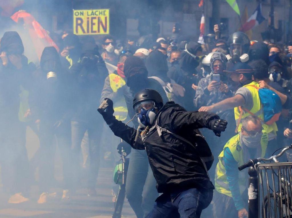 Massa Serba Hitam Muncul Saat May Day di Prancis, 88 Orang Ditangkap