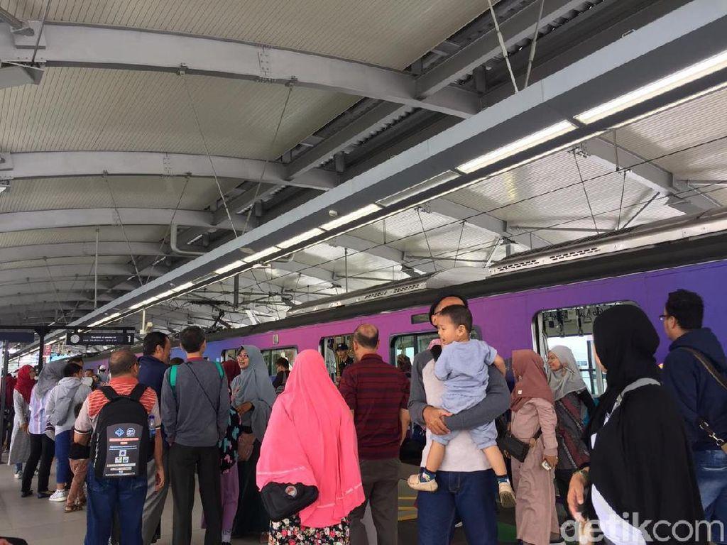 Diskon Masih Berlaku di Libur Hari Buruh, MRT Dipadati Warga
