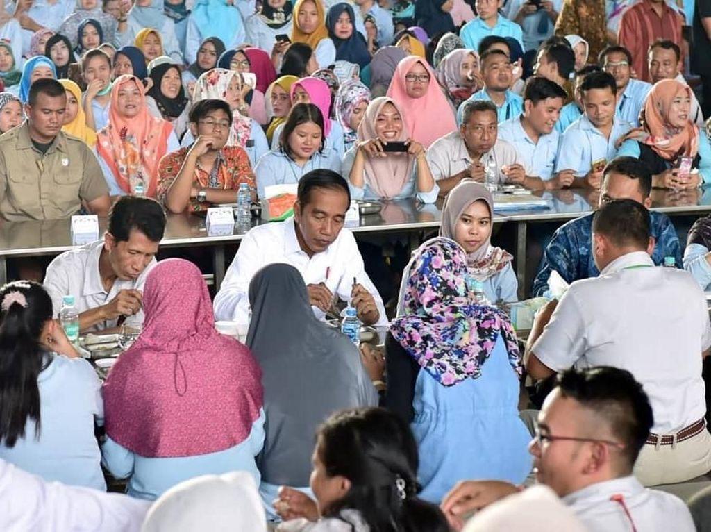 Mampir ke Pabrik, Jokowi Makan Sayur Sup, Tempe dan Tahu Goreng Bareng Buruh