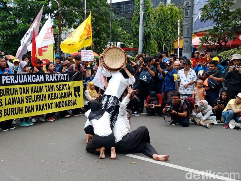 Aksi Hari Buruh di Monas Diwarnai Teatrikal hingga Dangdutan