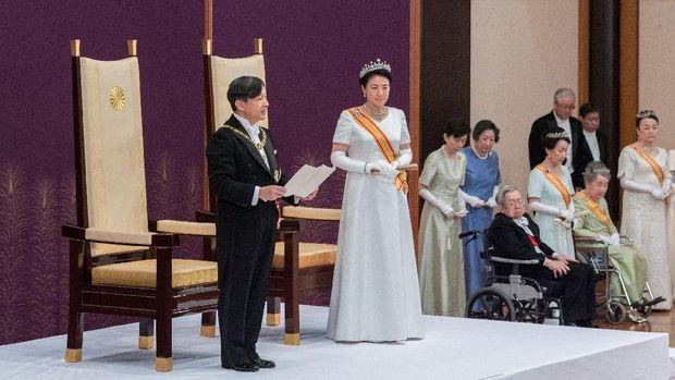 Kaisar Jepang Naruhito bersama Permaisuri Masako saat menyampaikan pidato pertamanya /