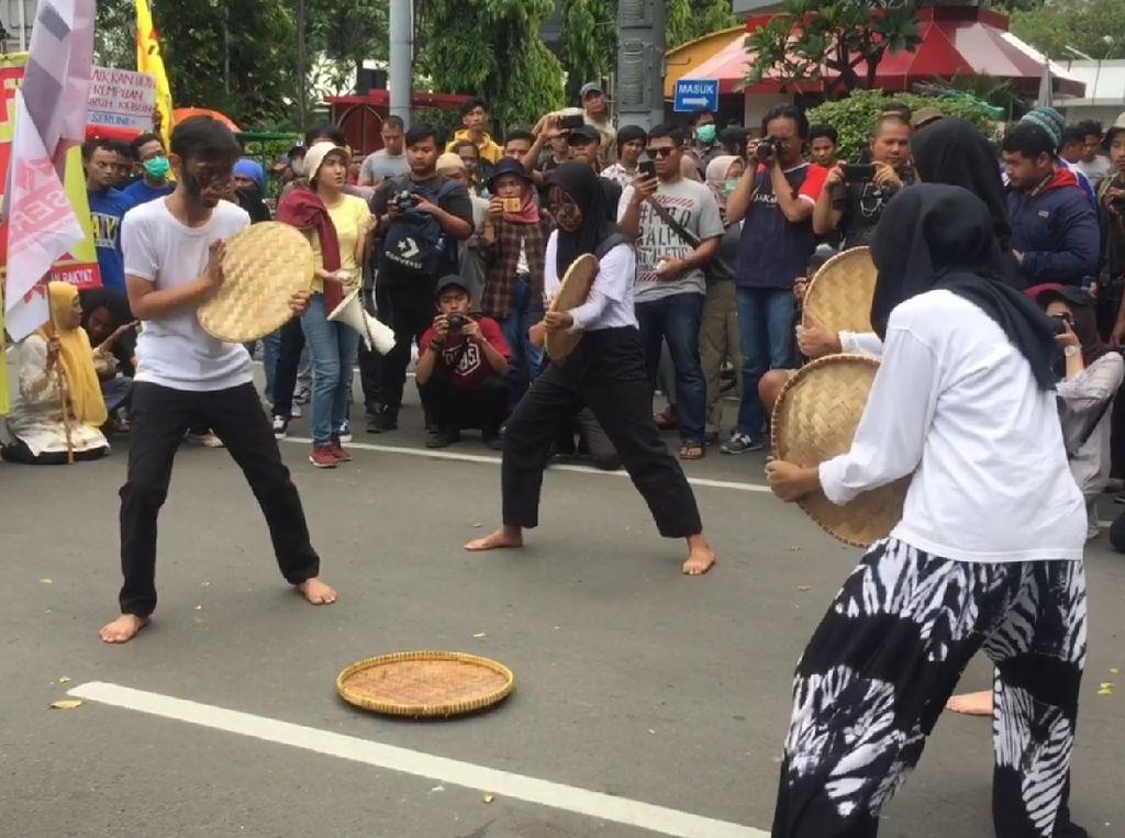 Front Perjuangan Rakyat Sampaikan Pesan Buruh Lewat Aksi Teatrikal