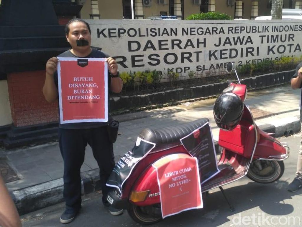 Dua Wartawan di Kediri Peringati May Day dengan Aksi Tutup Mulut