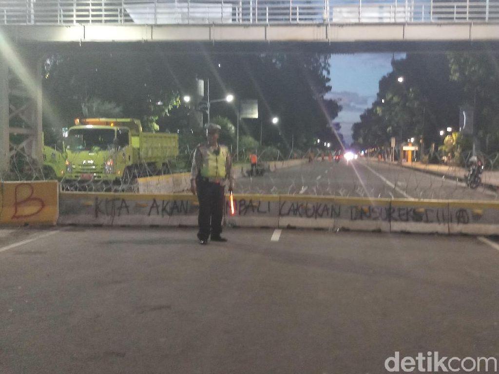Massa Buruh Bubar, Kawat Berduri di Jalan Medan Merdeka Belum Dibuka
