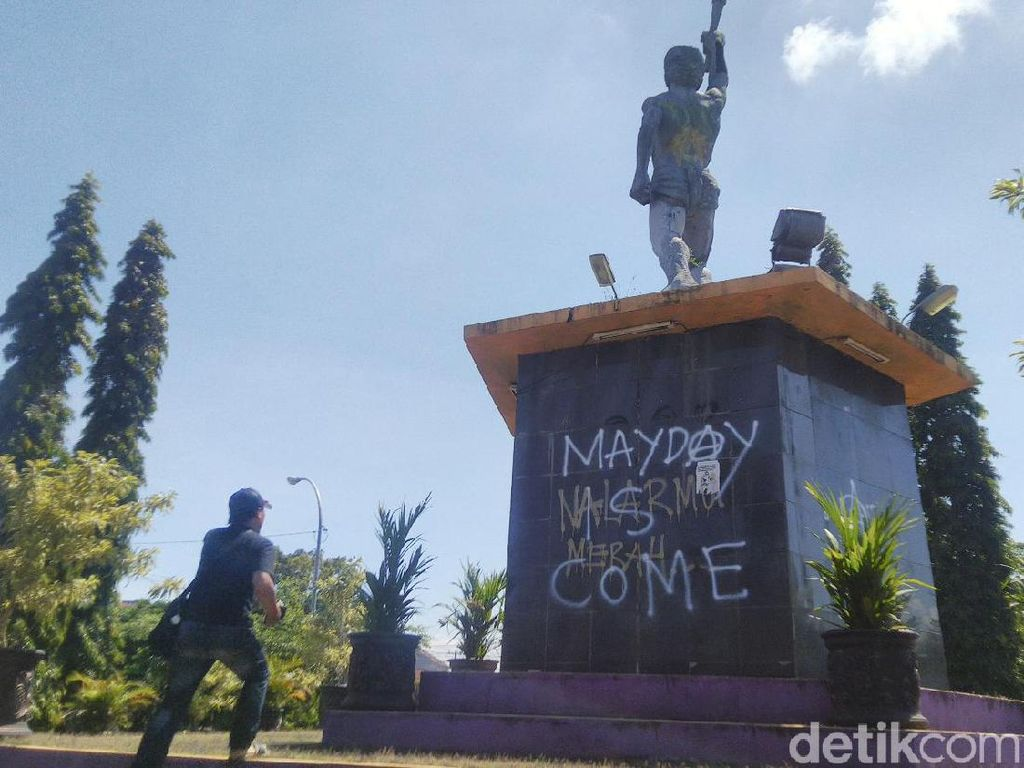 Aksi Vandalisme May Day is Come Kotori Tugu Atlet di Ciamis