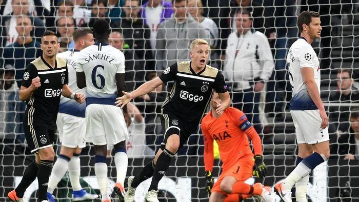 Ajax berhasil merobek gawang Tottenham di menit ke-15. Van de Beek lepas dari posisi offside usai menyambut umpan Ziyech. (Foto: Laurence Griffiths/Getty Images)