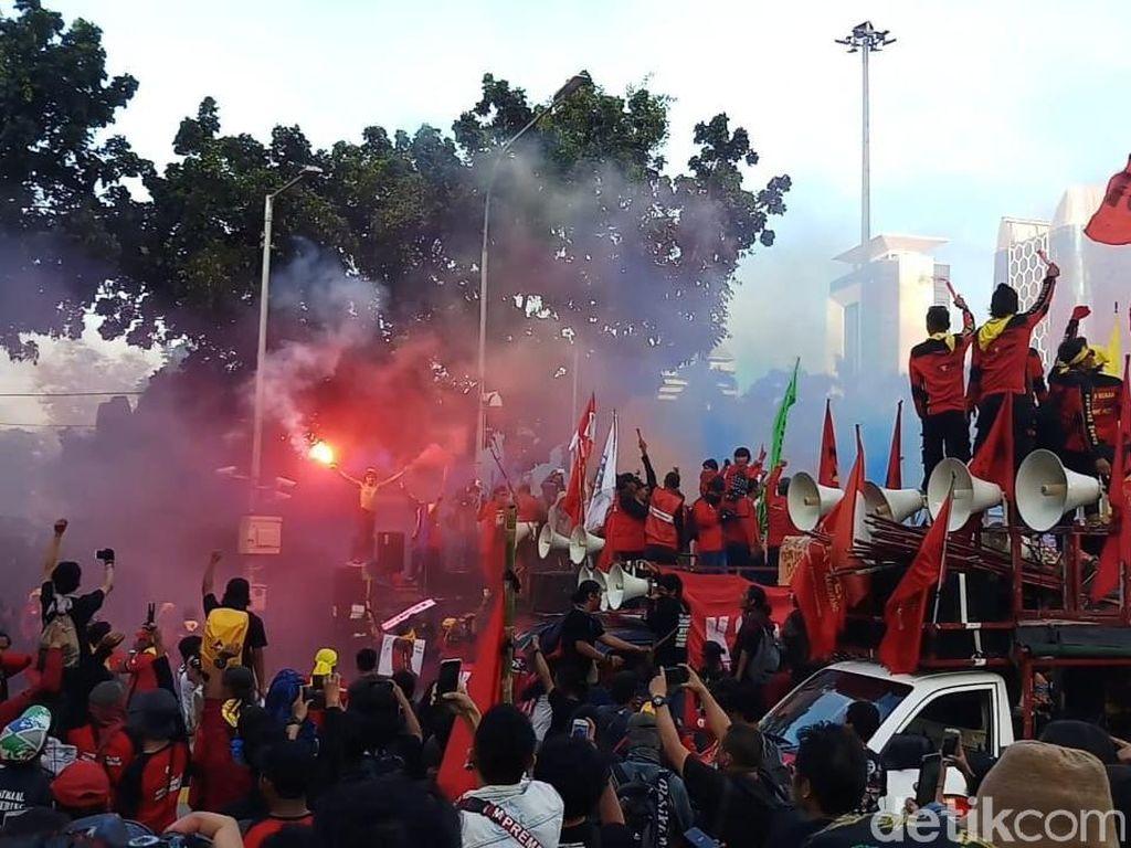 Akhiri Aksi May Day, Buruh di Patung Kuda Nyalakan Flare dan Kembang Api