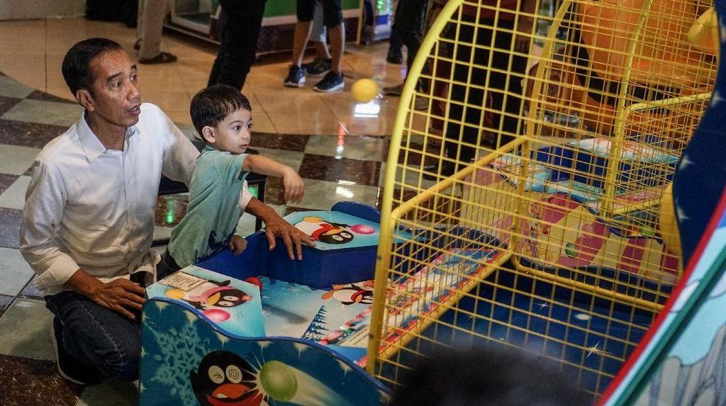 Pulang Kampung, Jokowi Gandeng Cucu ke Mal