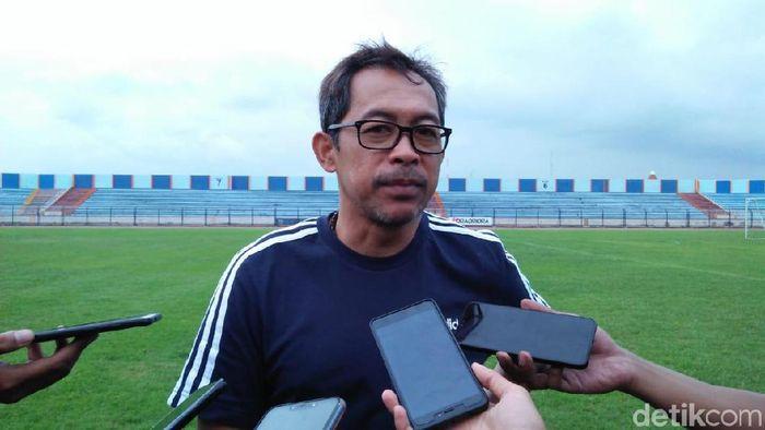 Aji Santoso menyebut gelandang baru Persela kemungkinan sudah ikut latihan pekan depan. (Foto: Eko Sudjarwo/detikSport)