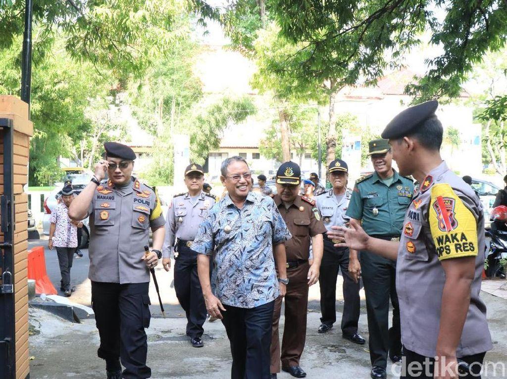 Jalan Menuju KPU Tuban Ditutup Demi Lancarnya Proses Rekapitulasi