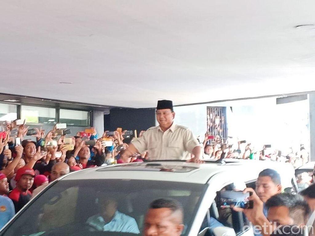 Prabowo Tiba di Tennis Indoor, Massa Buruh Teriak Presiden Indonesia Kita
