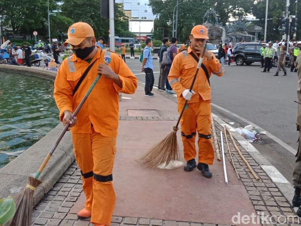 Aksi Buruh di Patung Kuda Selesai, Pasukan Oranye Sapu Bersih Sampah