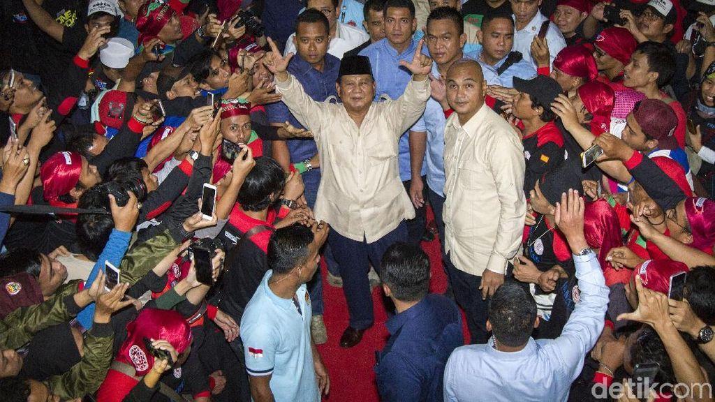 Hadiri Peringatan May Day, Prabowo Salam Dua Jari
