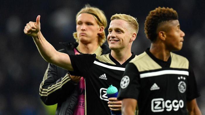 Pemain tengah Ajax Amsterdam, Donny van de Beek (tengah), dikabarkan menjadi incaran Real Madrid. (Foto: Dylan Martinez/Reuters)