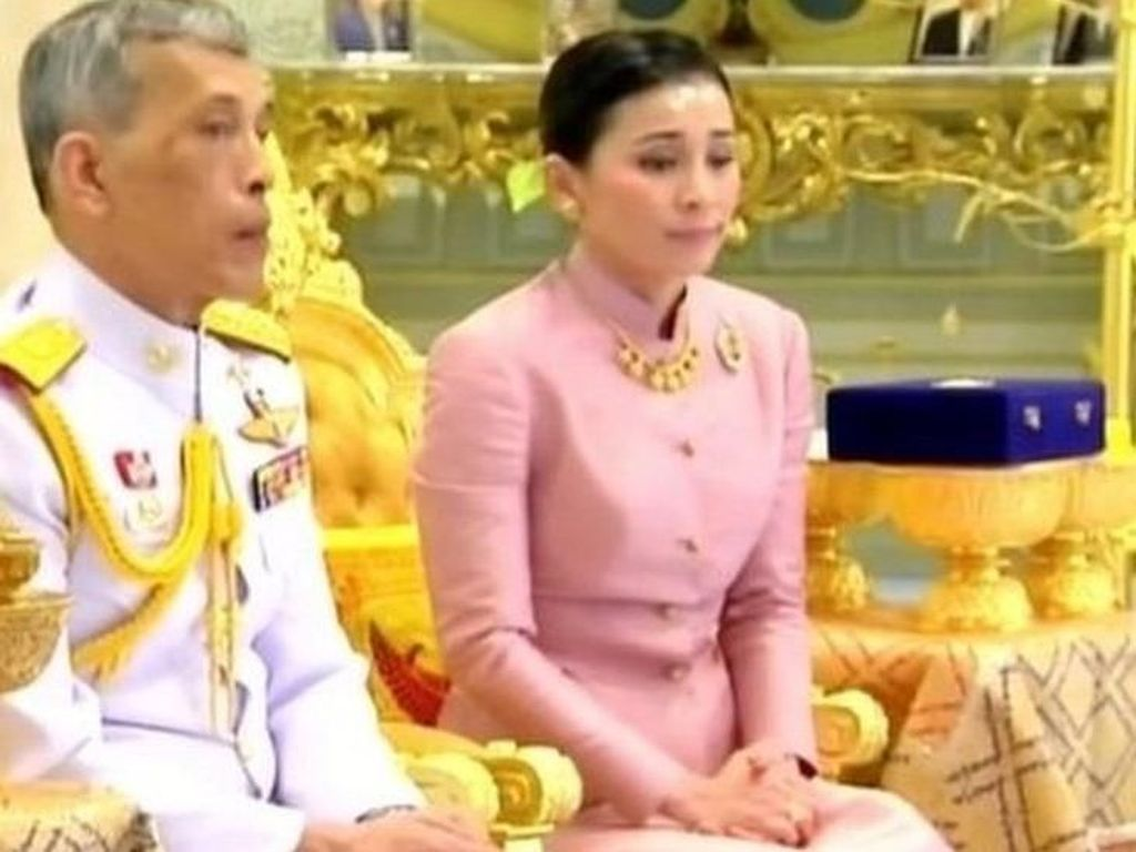 Raja Thailand Nikahi Pengawal Pribadinya Sebelum Penobatan
