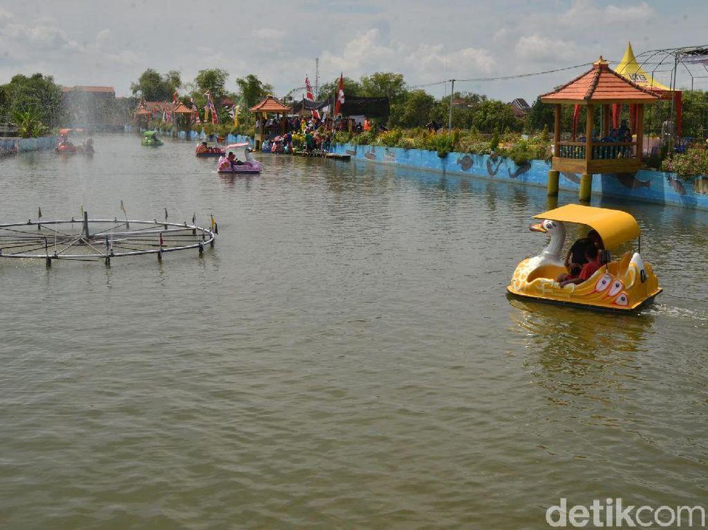 Foto: Serunya Sepeda Air Wiekes, Wahana Baru di Lamongan