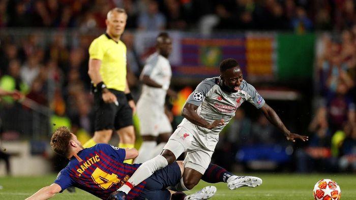 Naby Keita mengalami cedera usai ditekel Ivan Rakitic (John Sibley/Reuters)