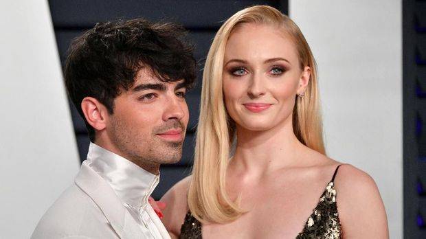BEVERLY HILLS, CA - FEBRUARY 24: Joe Jonas (L) and Sophie Turner attend the 2019 Vanity Fair Oscar Party hosted by Radhika Jones at Wallis Annenberg Center for the Performing Arts on February 24, 2019 in Beverly Hills, California.   Dia Dipasupil/Getty Images/AFP