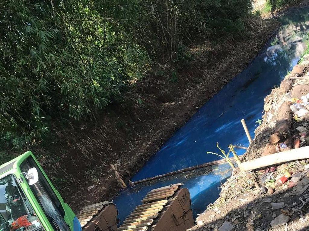 Sudin Jaktim Cek Penyebab Air Kali di Duren Sawit Berwarna Biru
