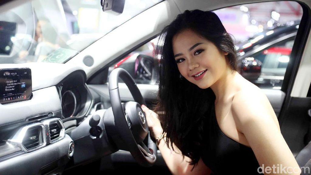 Senyum Menggoda Sang Dara di Mazda Merah