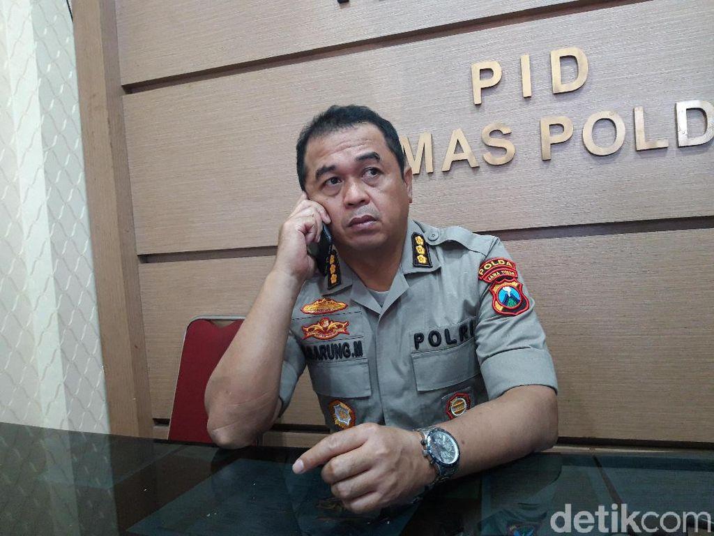 Lima Orang Berbaju Hitam-hitam yang Ditangkap Polisi Surabaya Dipulangkan