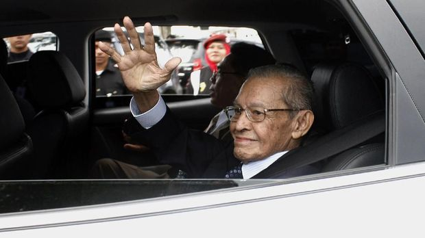 Free Aceh Movement (GAM) founder Hasan di Tiro waves as he arrived in Banda Aceh, on Indonesia's Sumatra Island, on October 17, 2009. The founder of Aceh's separatist rebel movement set foot on the Indonesian province on October 17, to promote peace, only his second visit after nearly 30 years in exile and a war that killed thousands of people. Free Aceh Movement (GAM) founder Hassan di Tiro wanted to