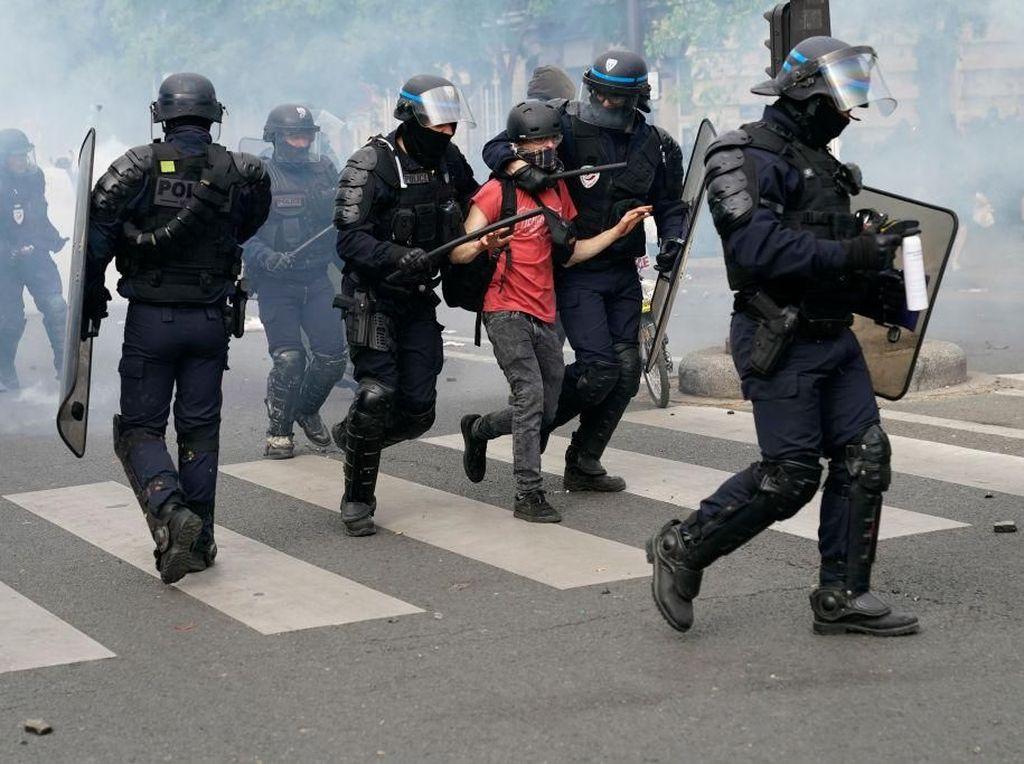 Gegara Kasus Floyd, Prancis Larang Polisi Tindih Leher Tersangka Pakai Lutut