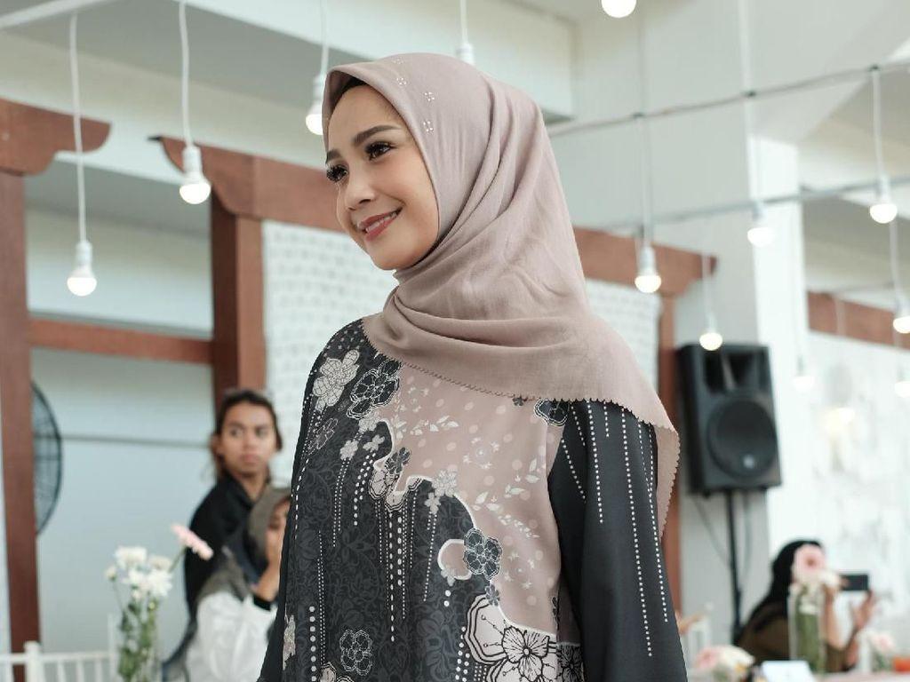 Bikin Adem, Nagita Slavina Tampil Pakai Hijab Sederhana di Fashion Show