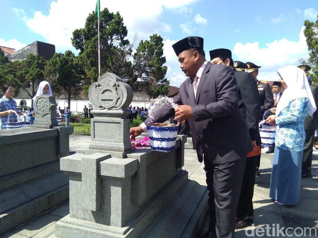 Sejumlah Tokoh di Yogya Ramai-ramai Ziarah ke Makam Ki Hajar Dewantara