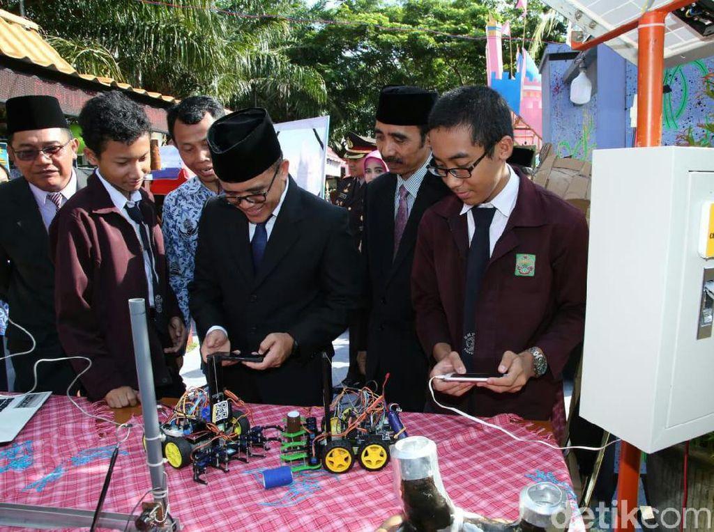 Bupati Anas Dorong Sekolah Siap Hadapi Revolusi Industri 4.0 di Hardiknas
