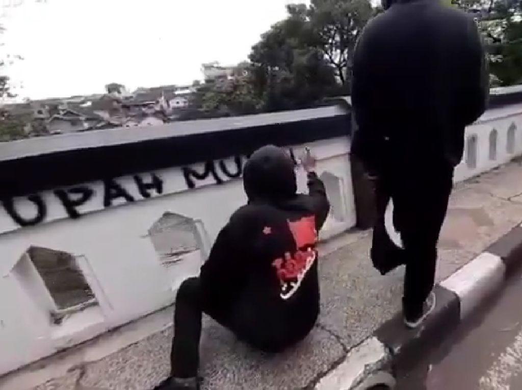 Jembatan Majapahit Malang Jadi Sasaran Coret Kelompok Berbaju Hitam-hitam