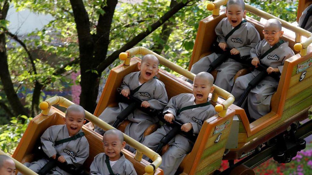 Melihat Keceriaan Para Biksu Cilik Bermain di Taman Hiburan