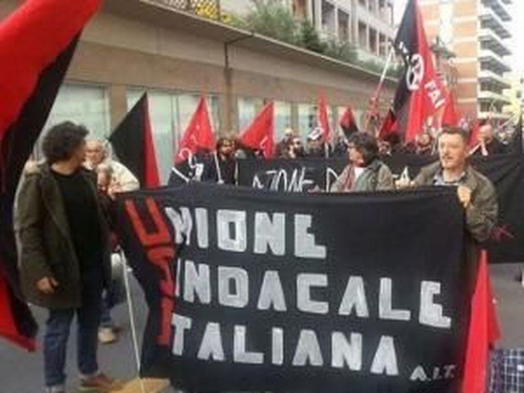 Potret Aksi Massa Baju Hitam Anarcho Syndicalism di Berbagai Negara