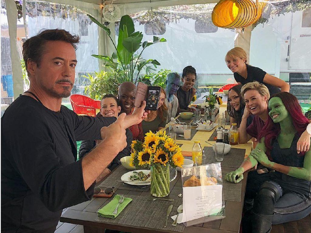 Tony Stark Kumpul Bareng Superhero Cewek Marvel