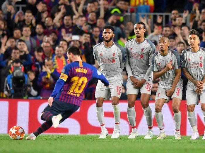 Lionel Messi saat membukukan gol Barcelona ke gawang Liverpool via tendangan bebas di Liga Champions. (Foto: Michael Regan/Getty Images)