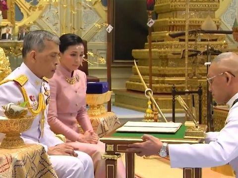 Raja Thailand Maha Vajiralongkorn dan istrinya Suthida