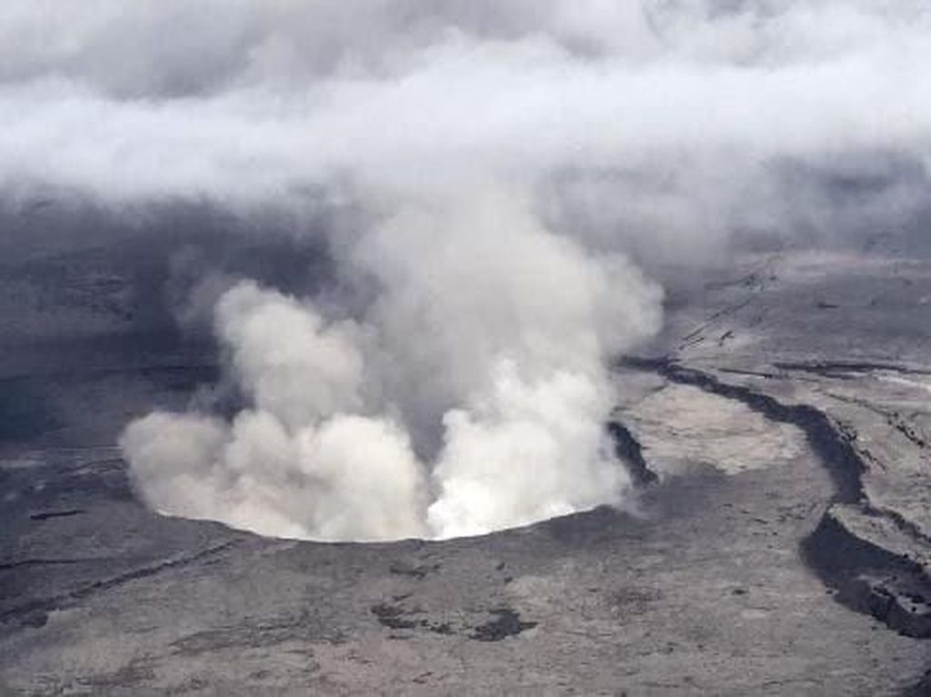 Nekat Lewati Pembatas, Turis Jatuh ke Kawah Gunung Berapi!