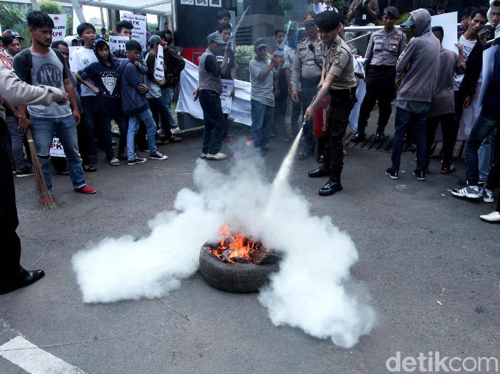 Aksi Pendemo Bakar Ban di Depan Gedung KPK
