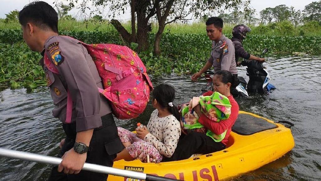Aksi Heroik Polisi Bantu Evakuasi Korban Banjir di Gresik