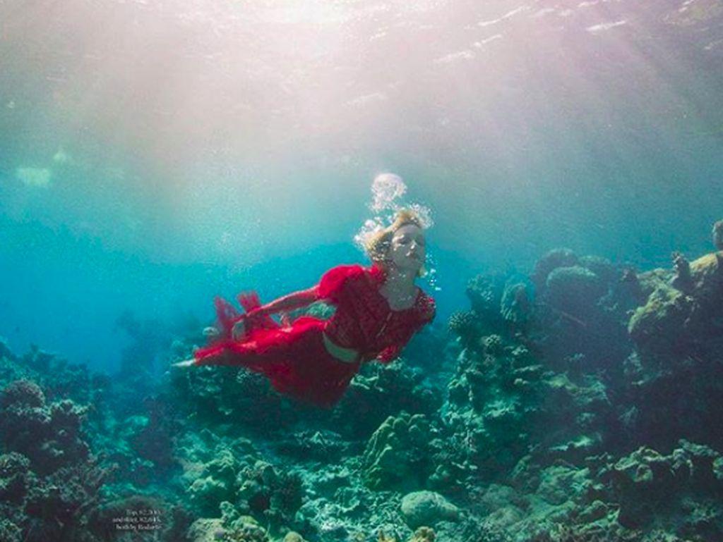 Foto: Liburannya Anja Rubik, Model Polandia yang Peduli Laut